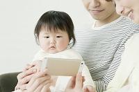 スマートフォンを見ている赤ちゃん