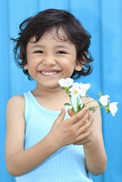花を持つ男の子
