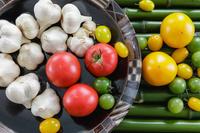 野菜 青竹の上のトマトとニンニク