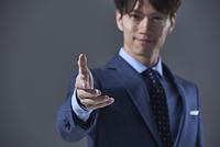 手を差し出す日本人ビジネスマン