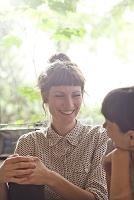 友人と笑顔で話す女性