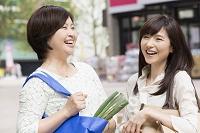 スーパーの前で談笑するミドル日本人女性