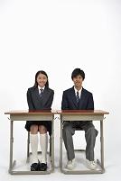 席に座る高校生