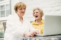 パソコンを使うシニア外国人女性