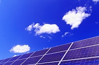 北海道 太陽光パネルと雲浮かぶ青空