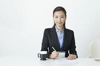 スーツの20代の日本人女性