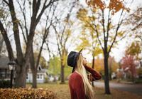 秋の紅葉狩りを楽しむ女性