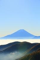 山梨県 丸山林道 朝の富士山と雲海の山並み