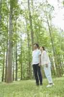 新緑と手を繋ぐ日本人夫婦