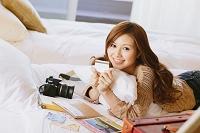 ホテルのベッドでくつろぐ日本人女性