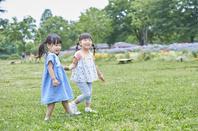 手を繋ぐ日本人の女の子