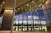 近代的な建物のガラスの壁