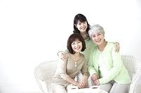 ティータイムの女性3世代親子