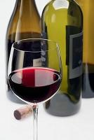 赤ワインの入ったグラスとワインボトル