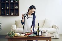 料理をカメラで撮影する40代日本人女性