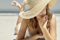 砂浜に寝そべる女性