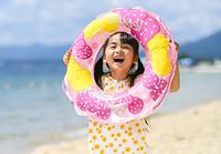 浮き輪を持って遊ぶ女の子