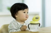 食事をする日本人の赤ちゃん