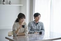 コーヒータイムの日本人夫婦