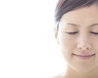 目を閉じる日本人女性