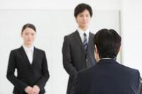 面接を受ける日本人ビジネスパーソンと男性面接官