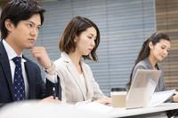 研修中の日本人ビジネスパーソン