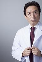 白衣を着るベテラン医師