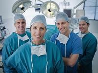 手術着を着た医師のチーム