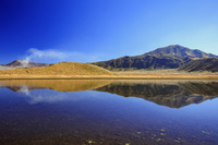 熊本県 草紅葉の草千里ヶ浜より阿蘇山と烏帽子岳