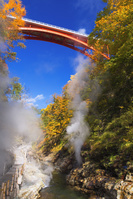 秋田県 小安峡 皆瀬川 大噴湯の蒸気と河原湯橋