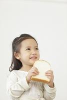 パンを食べる日本人の女の子