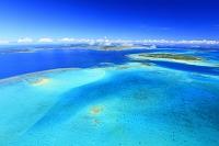 沖縄県 浜島(左手前)と石垣島(中央奥)と竹富島(右)