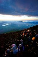 山梨県 富士山頂からの夜明けとご来光を待つ登山者