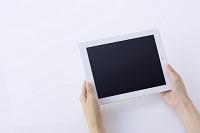 iPadを持つ女性