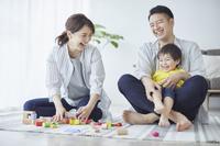 積み木で遊ぶ団らんの日本人三人家族