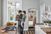 キッチンに立つ親子