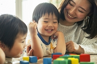 おもちゃで遊ぶ日本人親子
