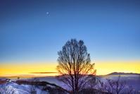 長野県 冬の美ヶ原から見た 夕焼けの空と月