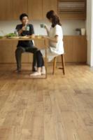 ダイニングルームで食事するカップル