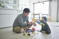 ブロックで遊ぶ日本人親子