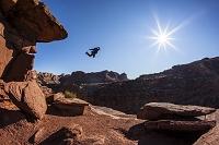 アメリカ 崖から滑空するベースジャンパー