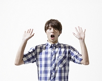 両手を広げて驚く日本人男性