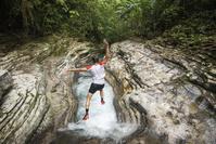 メキシコ 渓流に飛び込むトレイルランナー