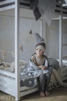 子供部屋のベッドに座る男の子