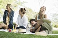 ピクニックをする外国人の若者たち