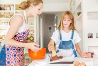 調理する外国人姉妹