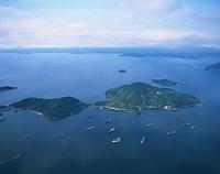 香川県 手前:小豆島 中央の小島:福部島 奥:四国