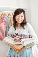 複数の洋服を持つ日本人女性