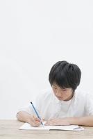 勉強する10代の男の子