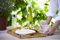 ワインとサラダのある庭